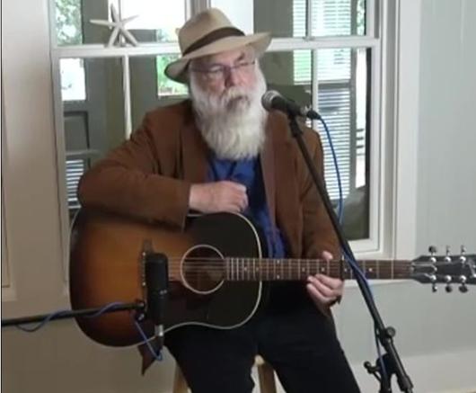 美国71岁歌手台上表演时去世 临终说了句