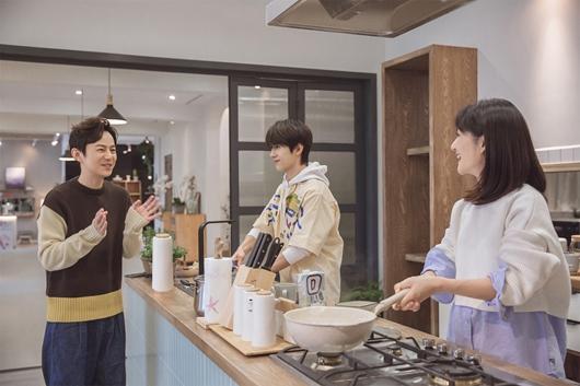 何炅新节目《朋友请听好》获9.4分高评 温暖治愈获网友大爱