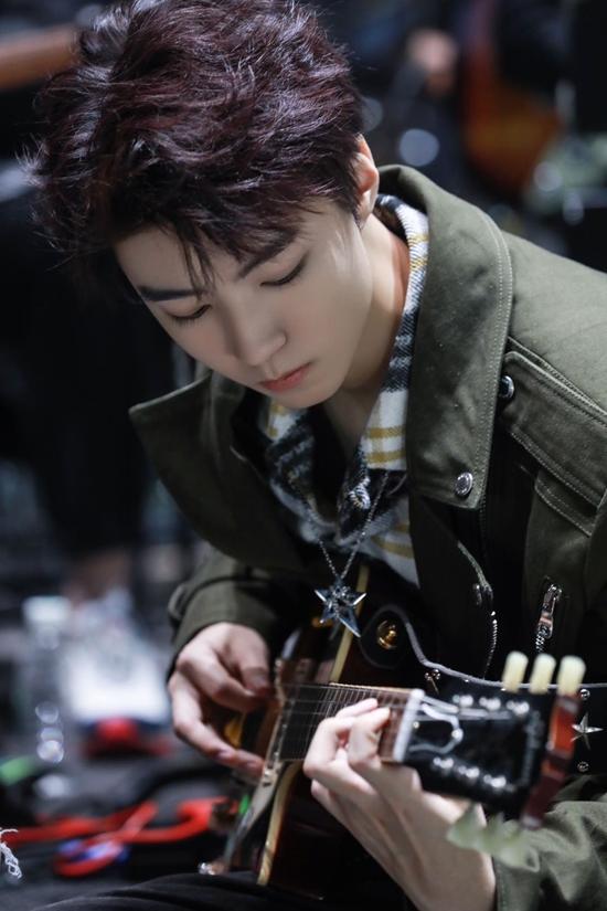 王俊凯变身摇滚少年,谈年少成名令人心疼