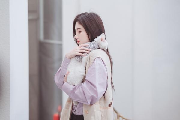 《朋友请听好》鞠婧祎温柔逗猫少女感十足张新成银丝眼镜斯文迷人