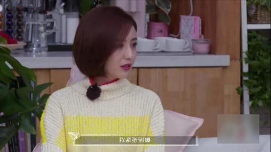 佟丽娅首谈主持春晚 看到网友质疑在妈妈怀中哭泣!
