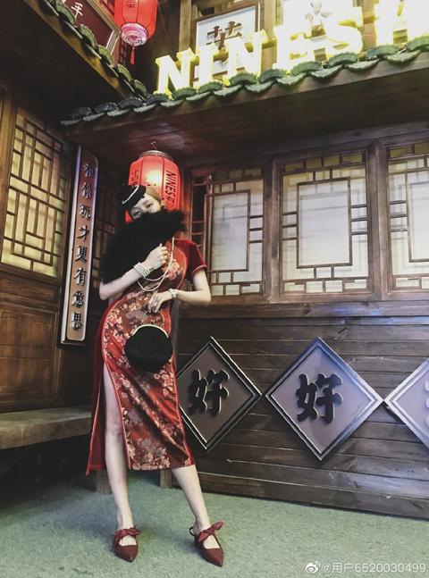 周扬青小号晒旗袍装 身材凹凸有致自称没p图