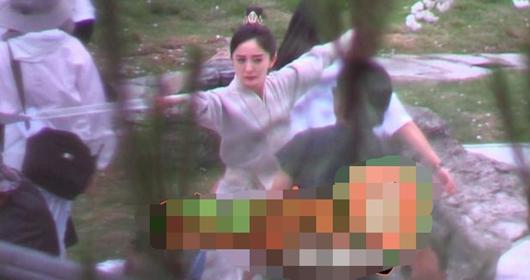 杨幂穿男装英气十足 眼神凌冽发际线堪忧!
