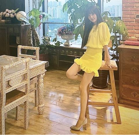 李小璐穿淡黄短裙大秀美腿 黑长直发显年轻不似38岁