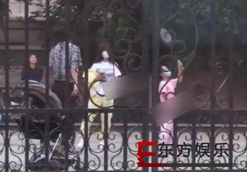 贾乃亮李小璐同框陪甜馨玩耍 两人畅快聊天有望复合?