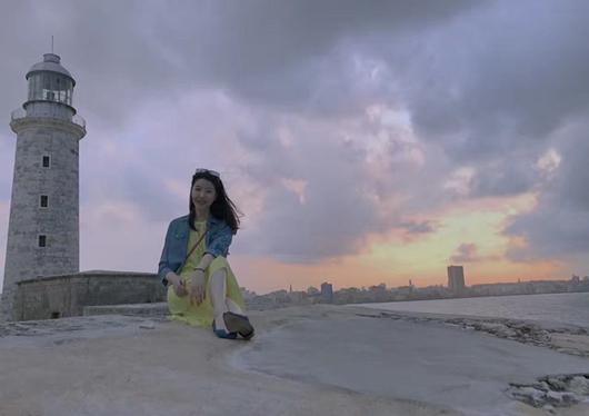 李亚鹏女友晒旧照 长发造型搭配淡黄长裙气质优雅!