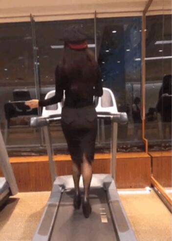 宁静穿高跟鞋在跑步机上跳舞 性感身姿犹如妙龄女郎!