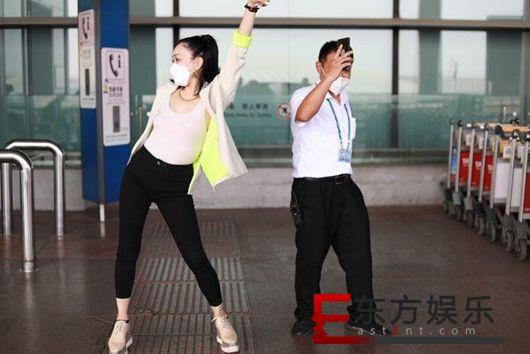 钟丽缇机场教大叔跳无价之姐 不忘与张伦硕跳舞秀恩爱