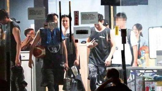 罗志祥分手风波后首露面 和好友王子毛弟等打篮球