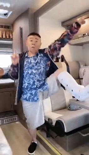 """潘长江骨折跳无价之姐 年轻有活力被网友称为""""无价爷爷"""""""
