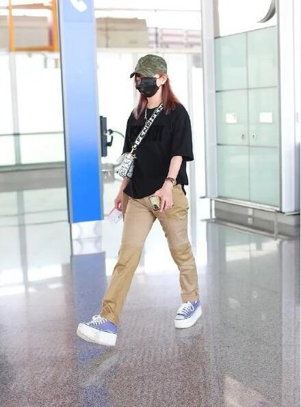 赵薇否认离婚后现身 打扮低调又休闲