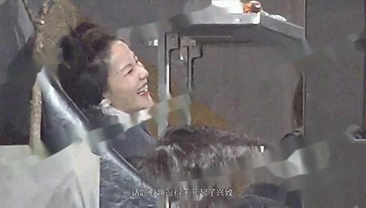 王菲携李嫣做头发 嬉笑玩闹宛若少女