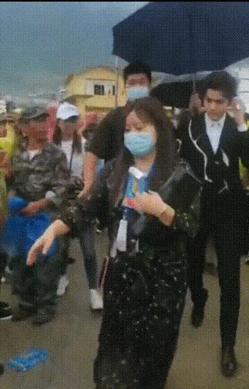 吴亦凡保安推抗洪战士被喷 做公益耍大牌?!