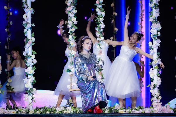 容祖儿出席央视七夕晚会  身着银色长裙演唱歌曲《这就是爱吗》