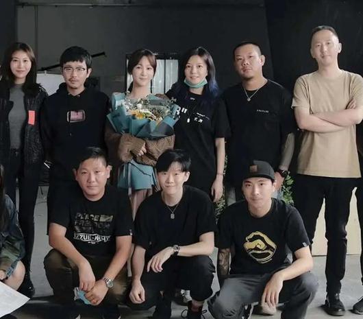 杨紫成功追星赵薇 素颜与偶像同框乖巧可爱