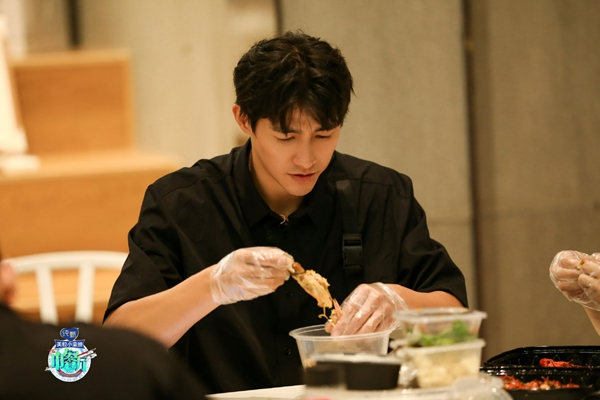 """《中餐厅4》""""鲜厨四子""""李子峰化身美食猎人,全能帮厨竟被腿长困扰?!"""
