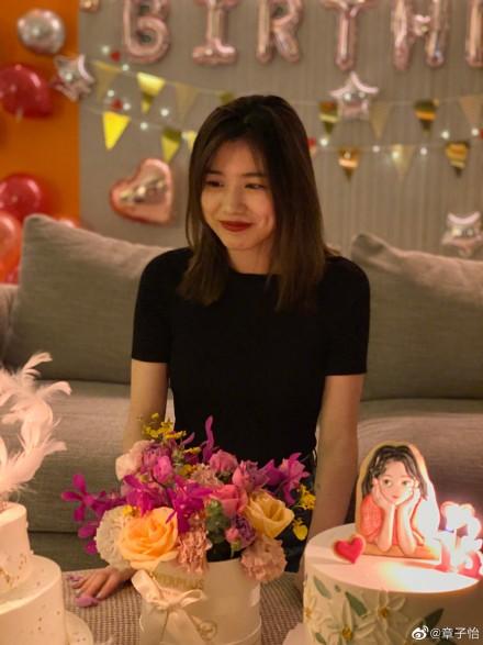 章子怡为小苹果庆生 一家四口合影温馨幸福