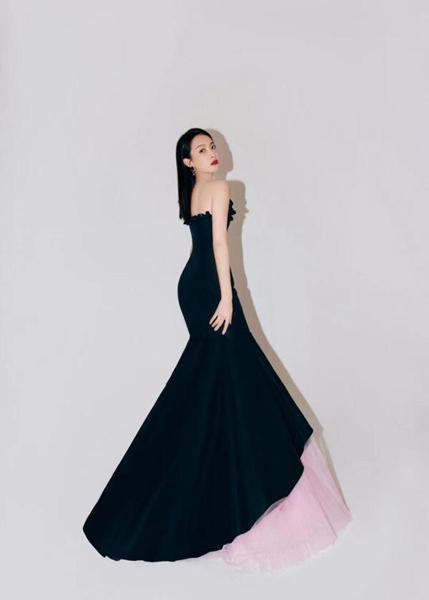 宋茜暮夜樱花裙出席时尚晚宴 俏皮婉约诠释法式优雅